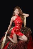 Mooi Aziatisch model die traditionele Cheongsam dragen Stock Foto