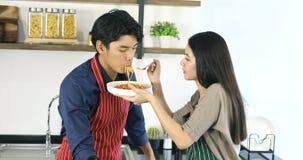 Mooi Aziatisch paar in keuken, hebben zij een maaltijd stock video