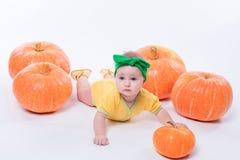 Mooi babymeisje in een geel lichaam met groene boog op haar hoofd royalty-vrije stock fotografie