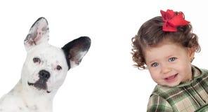 Mooi babymeisje en grappige hond Stock Foto