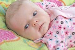 Mooi babymeisje met de lentekleuren Stock Afbeelding