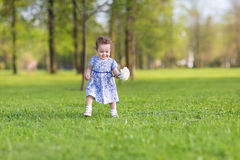 Mooi babymeisje met grote witte asterbloem Stock Afbeeldingen