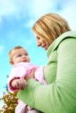Mooi babymeisje met mamma openlucht Stock Foto's