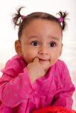 Mooi babymeisje met zijn vinger in mout Stock Fotografie