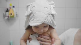 Mooi babymeisje na een bad stock videobeelden