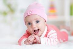 Mooi babymeisje in woonkamer royalty-vrije stock foto