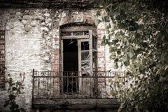 Mooi balkon in de verlaten bouw in Griekenland royalty-vrije stock afbeelding