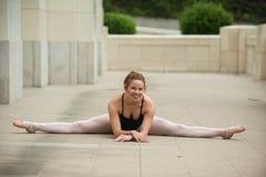 Mooi balletmeisje in volledige spleten stock foto