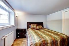 Mooi bed met gestript bruin beddegoed Royalty-vrije Stock Afbeelding
