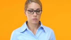 Mooi bedrijfsvrouwen sluitend gezicht die met hand, werknemer fout, schande maken stock footage