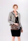 mooi bedrijfsvrouwenblonde in zwarte kleding, jasje en purs Stock Afbeeldingen