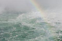 Mooi beeld met het water die dichtbij Niagara-dalingen met een regenboog verbazen Royalty-vrije Stock Fotografie