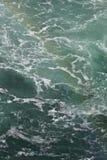 Mooi beeld met het water die dichtbij Niagara-dalingen met een regenboog verbazen Royalty-vrije Stock Afbeeldingen