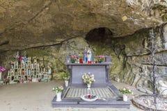 Mooi beeld van een kleine kapel in een natuurlijke grot royalty-vrije stock afbeeldingen