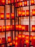 Mooi beeld van kaarsen in rode glazen op een richel in een kerk royalty-vrije stock foto