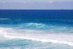 Mooi beeld van turkooise blauwe die overzees en was door golven wordt gecreeerd stock afbeelding
