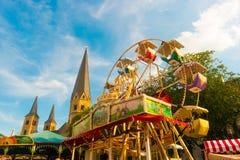 Mooi beeld van vermaakritten en kathedraal in Bonn, Duitsland stock foto's