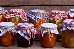 Mooi behoud van vruchten en groenten in de kelder Royalty-vrije Stock Afbeelding