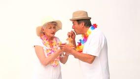 Mooi bejaard paar in vakantie stock videobeelden