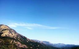 Mooi bergenlandschap met blauwe zonnige hemel Stock Foto