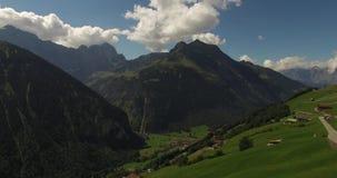 Mooi berglandschap, alpiene weg, Zwitserland stock video