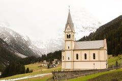 Mooi berglandschap in de Alpen met verse groene weiden in bloei op een mooie zonnige dag in de lente Dolomiti montains royalty-vrije stock fotografie