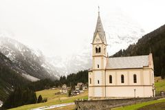 Mooi berglandschap in de Alpen met verse groene weiden in bloei op een mooie zonnige dag in de lente Dolomiti montains royalty-vrije stock foto's
