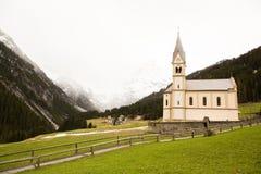 Mooi berglandschap in de Alpen met verse groene weiden in bloei op een mooie zonnige dag in de lente Dolomiti montains royalty-vrije stock afbeelding