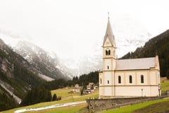 Mooi berglandschap in de Alpen met verse groene weiden in bloei op een mooie zonnige dag in de lente Dolomiti montains stock foto