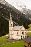 Mooi berglandschap in de Alpen met verse groene weiden in bloei op een mooie zonnige dag in de lente Dolomiti montains stock afbeelding