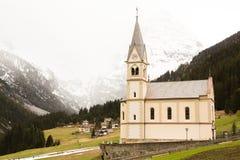 Mooi berglandschap in de Alpen met verse groene weiden in bloei op een mooie zonnige dag in de lente Dolomiti montains stock foto's