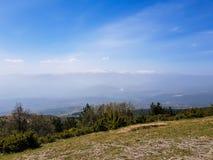 Mooi berglandschap en lage heuvels op een zonnige dag stock afbeelding