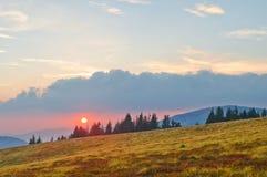 Mooi berglandschap met de zon bij zonsondergang karpatisch Stock Foto