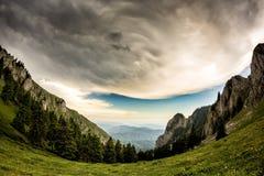 Mooi berglandschap met groene bomen en witte wolken royalty-vrije stock foto
