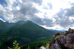 Mooi berglandschap met meningen van de diepe vallei Royalty-vrije Stock Afbeeldingen