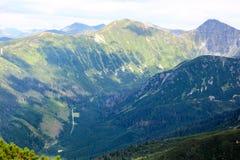 Mooi berglandschap met vegetatie op de achtergrond van blauwe hemel Stock Foto