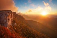 Mooi berglandschap met zonsonderganghemel stock foto
