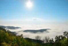 Mooi berglandschap op bewolkte ochtend royalty-vrije stock foto's