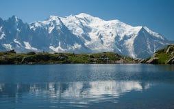 Mont Blanc die in een meer nadenken royalty-vrije stock afbeeldingen