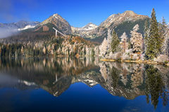 Mooi bergmeer met bezinning stock foto