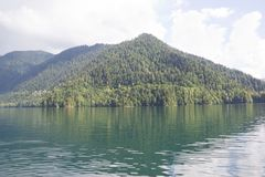 mooi bergmeer Ritsa in Abchazië Royalty-vrije Stock Afbeelding