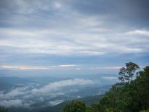 Mooi bewolkt weer in bergen, bewolkt en mist Royalty-vrije Stock Afbeeldingen