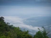Mooi bewolkt weer in bergen, bewolkt en mist Stock Fotografie