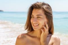 Mooi Bezet Jong Vrouwenportret met Overeenkomst Diamond Ring Feeling Happy On Beach royalty-vrije stock afbeeldingen
