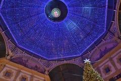 Mooi binnenpanorama aan Vittorio Emanuele II Galerijkerstboom en blauwe die kam van Swarovski-kristallen wordt gemaakt royalty-vrije stock foto
