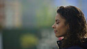 Mooi biracial jong dameportret in profiel, het geïnspireerde vrouw model glimlachen stock footage