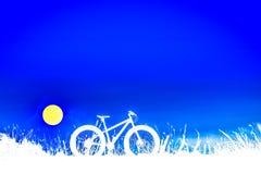 Mooi blauw hemel en Bergfietssilhouet Stock Afbeelding