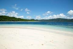 Mooi Blauw oceaan en wit zandstrand Royalty-vrije Stock Afbeeldingen