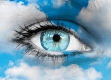 Mooi blauw oog tegen blauwe wolken - Geestelijk concept royalty-vrije stock afbeelding