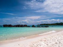 Mooi blauw overzees strand in Trat Thailand Stock Afbeelding